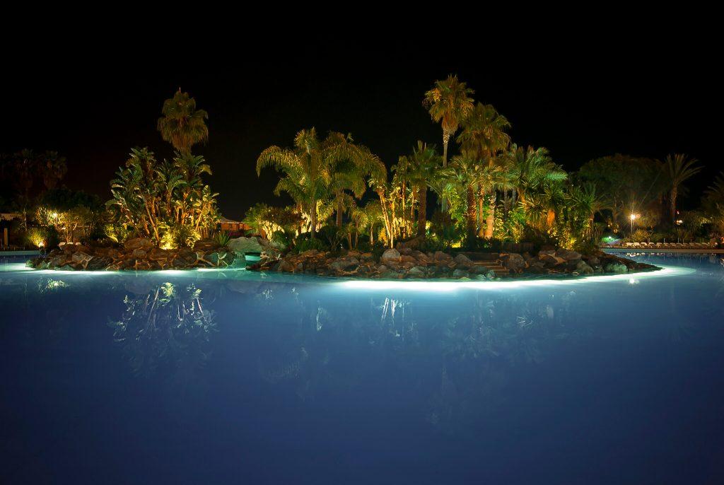parque marítimo césar manrique de noche, exposición de césar manrique